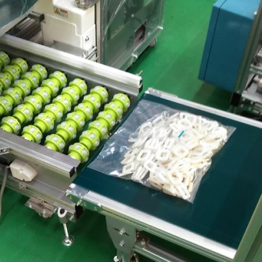 製袋しながら部品などを包装する 小型縦ピロー包装機
